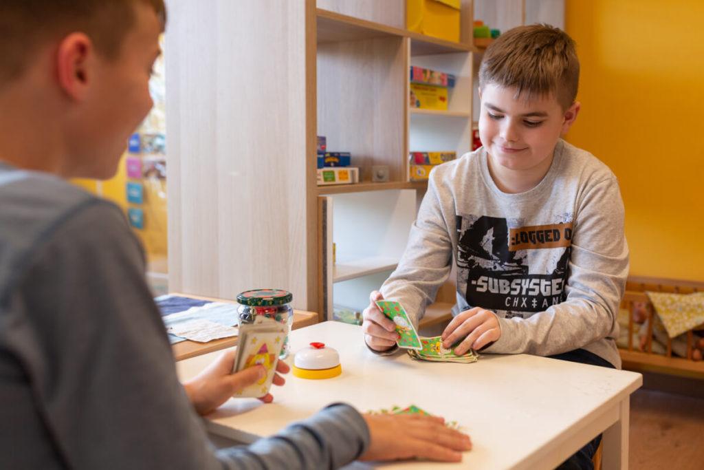 Kita Wartburg: Zwei Jungs aus dem Hort spielen Halli Galli - Foto: Andrej Debus
