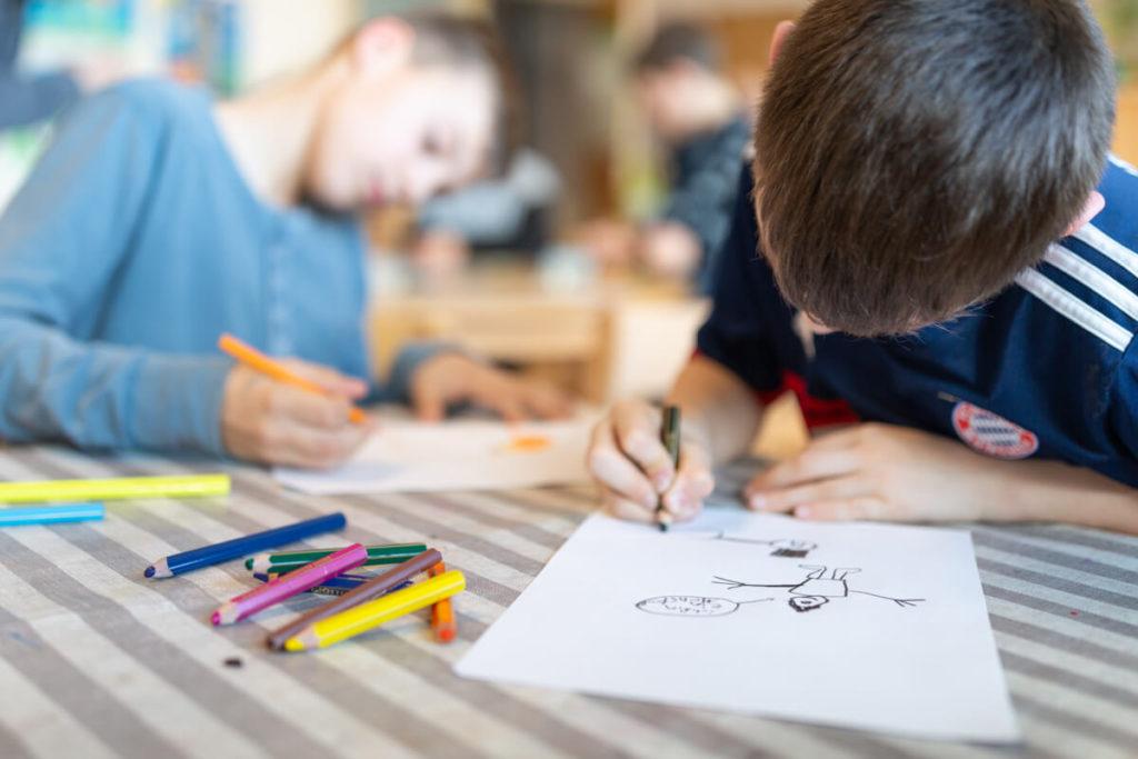 Kita Wartburg: Zwei Jungs aus dem Hort malen - Foto: Andrej Debus